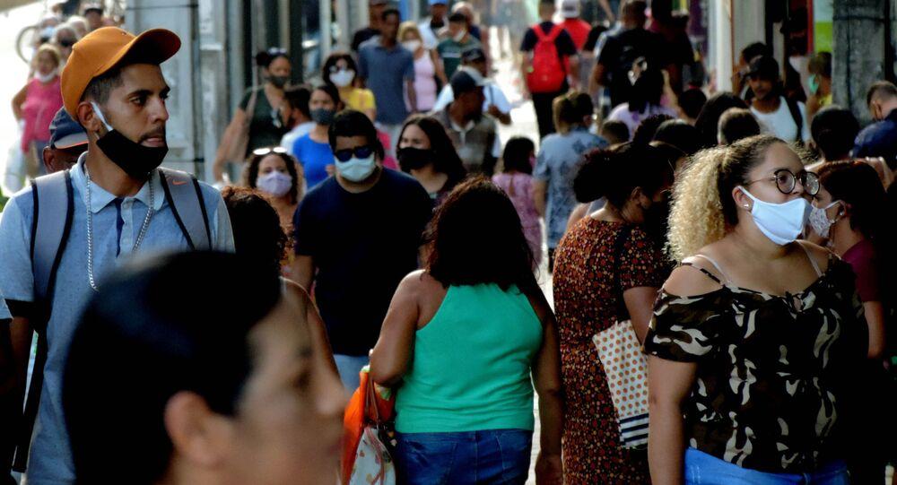 Imagem registrada na Av. conde da Boa vista, centro do Recife, mostra aglomeração de pessoas em meio à pandemia da COVID-19.