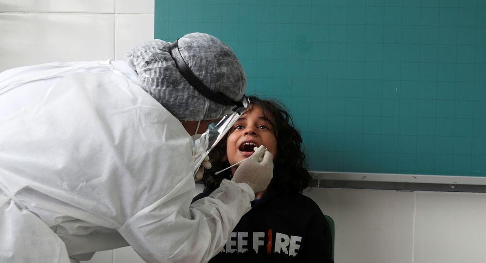 Agente de saúde coleta amostra para teste de COVID-19 de estudante, na cidade de Taboão da Serra (SP), 15 de outubro de 2020
