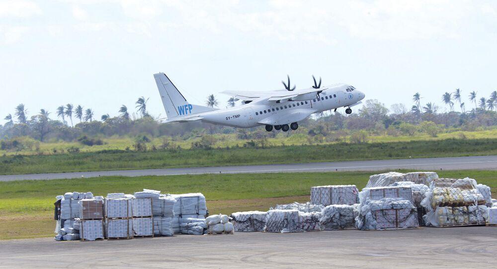 Avião do Programa Mundial de Alimentos decola do aeroporto internacional de Beira, Moçambique, em 13 de março de 2019