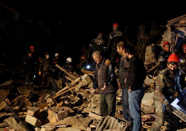 Moradores aguardam notícias de seus familiares enquanto equipes socorristas trabalham no local da explosão atingido por um míssil durante a luta pela região de Nagorno-Karabakh, na cidade de Ganja, Azerbaijão, 17 de outubro de 2020