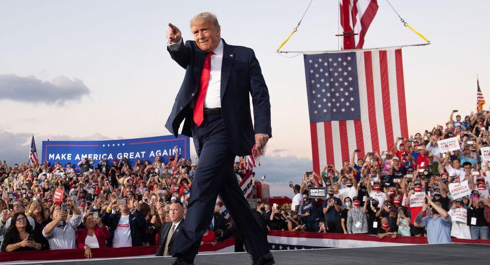 Presidente dos EUA, Donald Trump, realiza um comício de campanha no Aeroporto Internacional de Orlando Sanford na Flórida