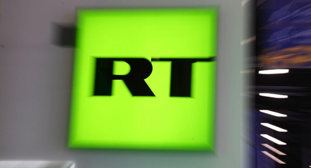 Logotipo do canal RT no Fórum Econômico Internacional de São Petersburgo 2019, no centro de exposições e congressos ExpoForum