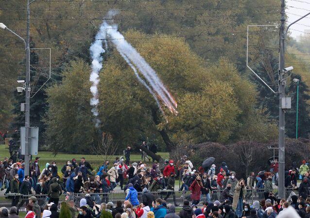 Granada de atordoamento explode durante um comício da oposição em Minsk, Bielorrússia, em 11 de outubro de 2020
