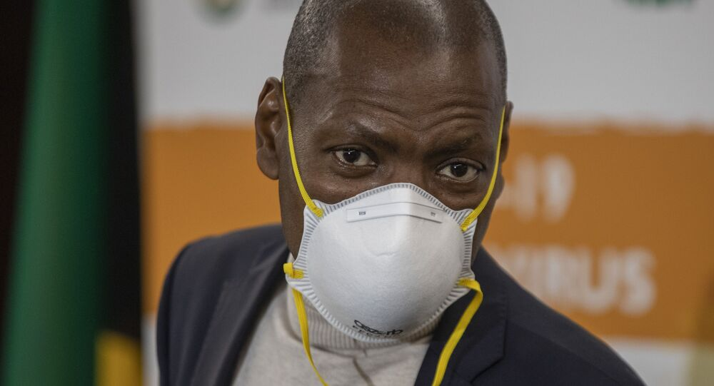 Zweli Mkhize, ministro da Saúde da África do Sul, usando máscara para se proteger do coronavírus