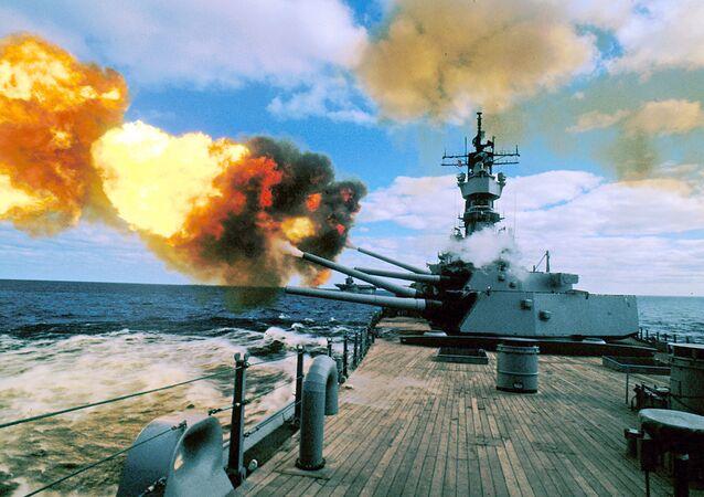 Encouraçado USS Iowa dos EUA realizando disparo no golfo Pérsico, 16 de dezembro de 1987