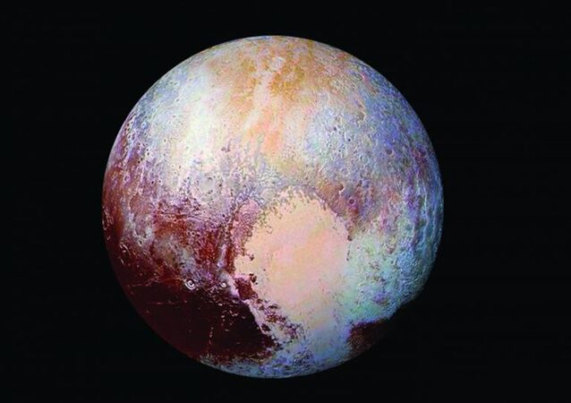 Nave espacial New Horizons da NASA captou esta visão colorida de alta resolução melhorada de Plutão em 14 de julho de 2015. A imagem combina imagens azuis, vermelhas e infravermelhas capturadas pela Câmera de Imagem Visual Ralph/Multispectral (MVIC). A superfície de Plutão apresenta uma notável variedade de cores sutis, realçadas nesta visão em um arco-íris de azul pálido, amarelo, laranja e vermelho profundo. Muitos acidentes geográficos têm suas próprias cores distintas, contando uma complexa história geológica e climatológica que os cientistas só agora começaram a decodificar. A imagem mostra detalhes e cores em escalas até mínimos de 1,3 quilômetro. Encorajamos o espectador a ampliar a imagem em resolução total em uma tela maior para apreciar plenamente a complexidade das características da superfície de Plutão