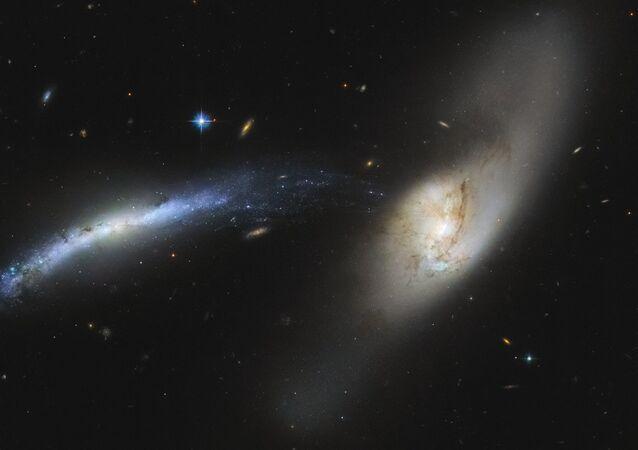 Galáxias NGC 2799 (à esquerda) e NGC 2798 (à direita)