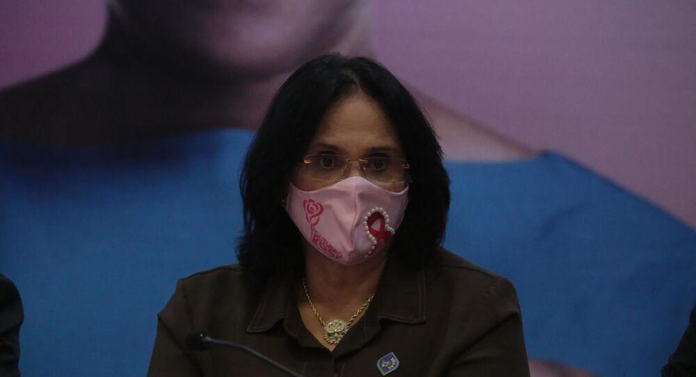 Ministra Damares Alves durante lançamento de Campanha em Prevenção ao Câncer de Mama, pelo Outubro Rosa, no Ministério da Saúde em Brasília (DF), nesta quarta-feira (7)