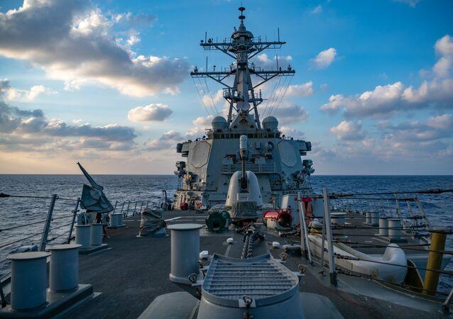 Destróier de mísseis guiados USS Barry da classe Arleigh-Burke conduzindo operações no mar do Sul da China em 28 de abril de 2020