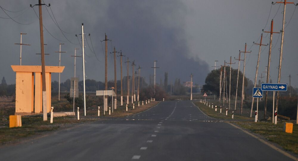 Fumaça do incêndio em fábrica de algodão na aldeia de Azat Karagoinly no Azerbaijão, causado por bombardeiro