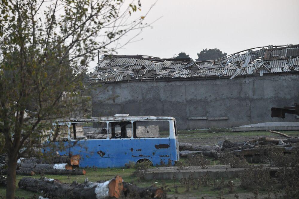 Destruição no território da fábrica de algodão na aldeia de Azat Karagoinly no Azerbaijão, causado por bombardeiro