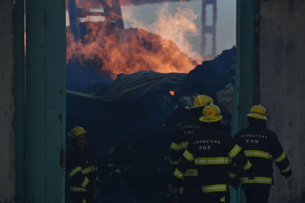 Bombeiros apagam fogo em fábrica de algodão na aldeia de Azat Karagoinly no Azerbaijão, causado por bombardeiro