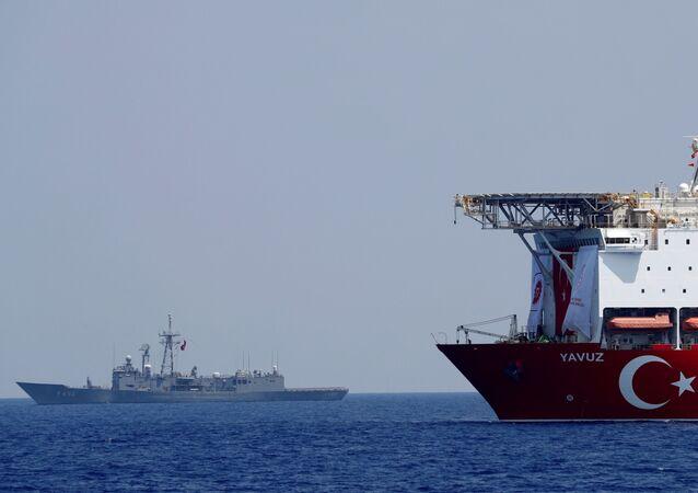 Navio de perfuração turco Yavuz é escoltado pela fragata turca TCG Gemlik (F-492) no leste do Mediterrâneo ao largo do Chipre, 6 de agosto de 2019