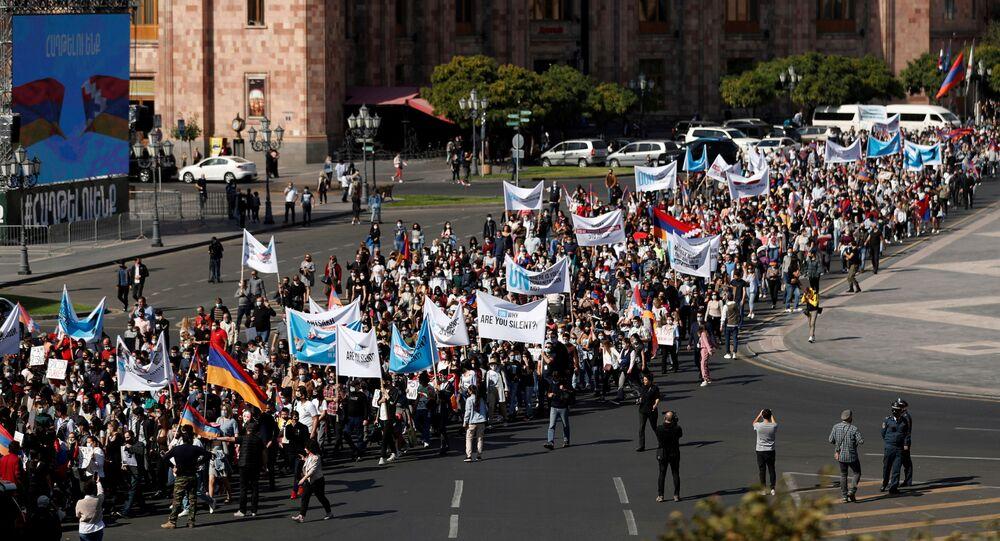 Manifestantes fazem ato contra a inação da comunidade internacional perante o conflito de Nagorno-Karabakh em Erevan, Armênia, 19 de outubro de 2020