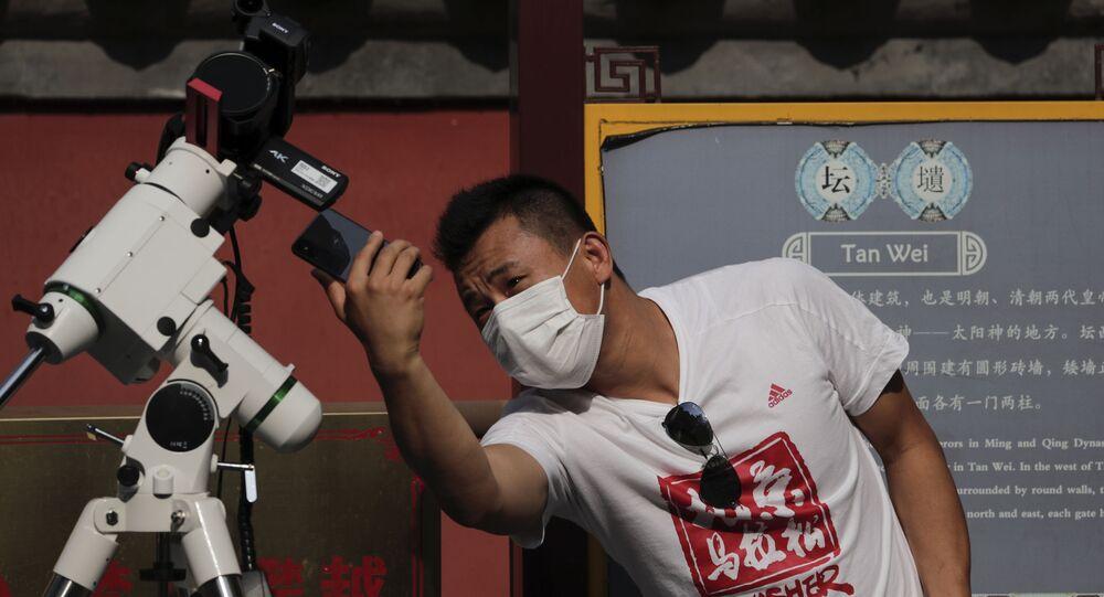 Homem com máscara posa para foto com seu celular (imagem referencial)