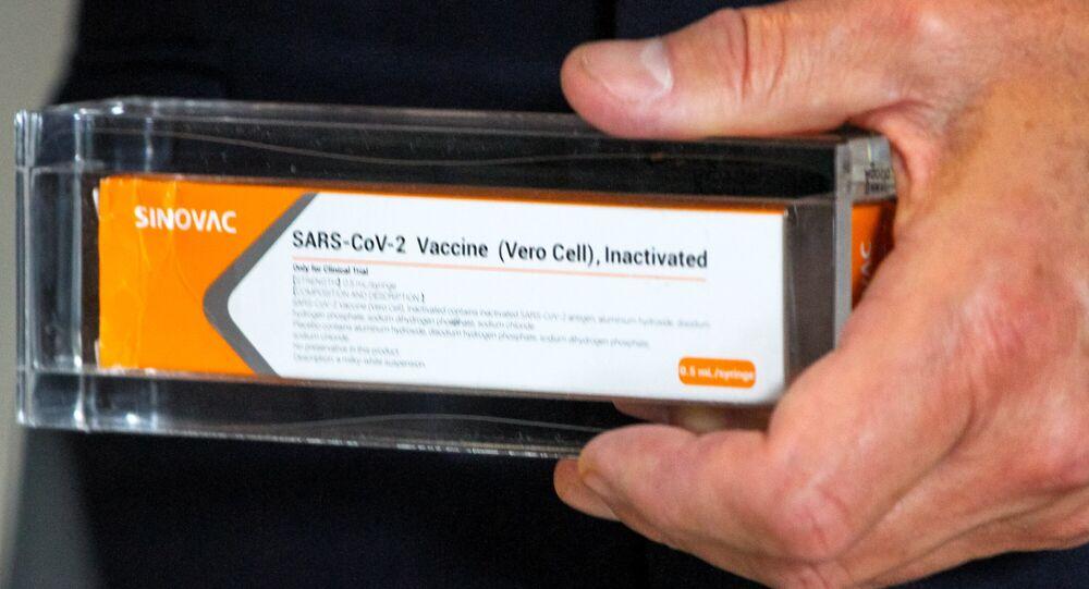 Em São Paulo, uma dose da vacina contra a COVID-19, Coronavac, é exibida em 30 de setembro de 2020