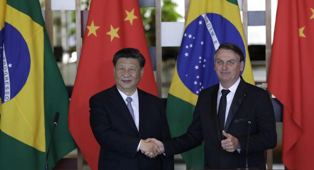 Presidentes da China, Xi Jinping, e do Brasil, Jair Bolsonaro, se cumprimentam durante cúpula dos BRICS em Brasília, em 2019