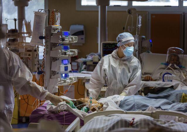 Médicos da Unidade de Terapia Intensiva da Clínica de COVID-19 de Casal Palocco nos arredores de Roma cuidam de pacientes, 21 de outubro de 2020