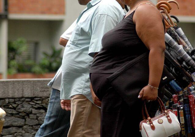 Pessoas obesas caminham pela região central de São Paulo.
