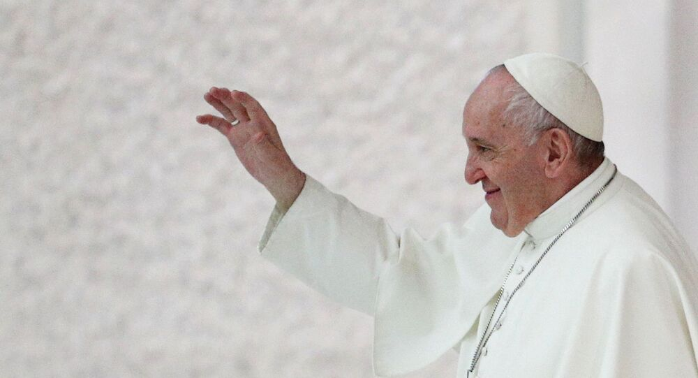 Papa Francisco acena para fieis após cerimônia no Vaticano