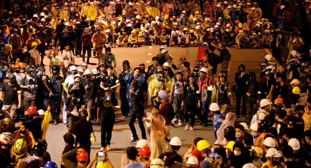 Manifestantes realizam grande protesto contra o governo tailandês em Bangkok, 21 de outubro de 2020