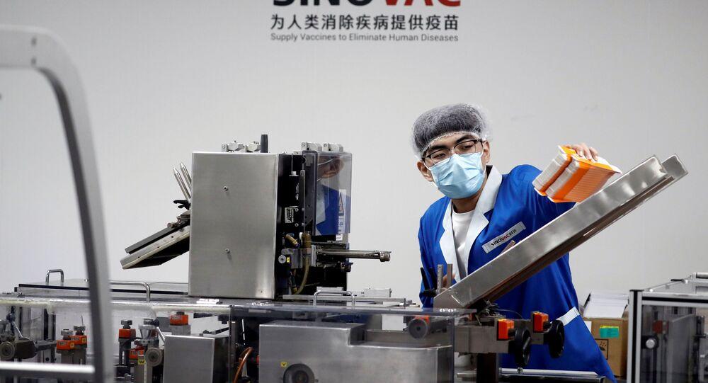 Funcionário trabalha em fábrica de embalagem da vacina produzida pelo laboratório SinoVac, na China