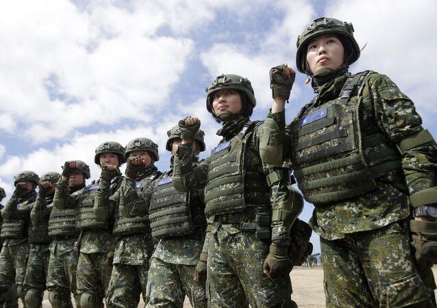 Em Pingtung, Taiwan, soldados participam de um exercício militar atual, em 6 de junho de 2019