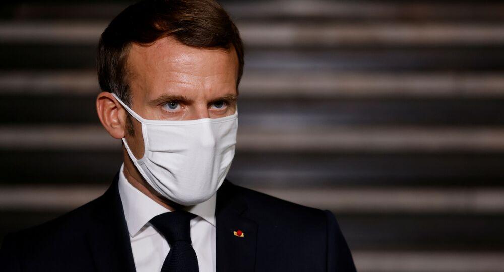 Em Paris, o presidente francês, Emmanuel Macron, discursa usando uma máscara para proteger-se da COVID-19, em 20 de outubro de 2020