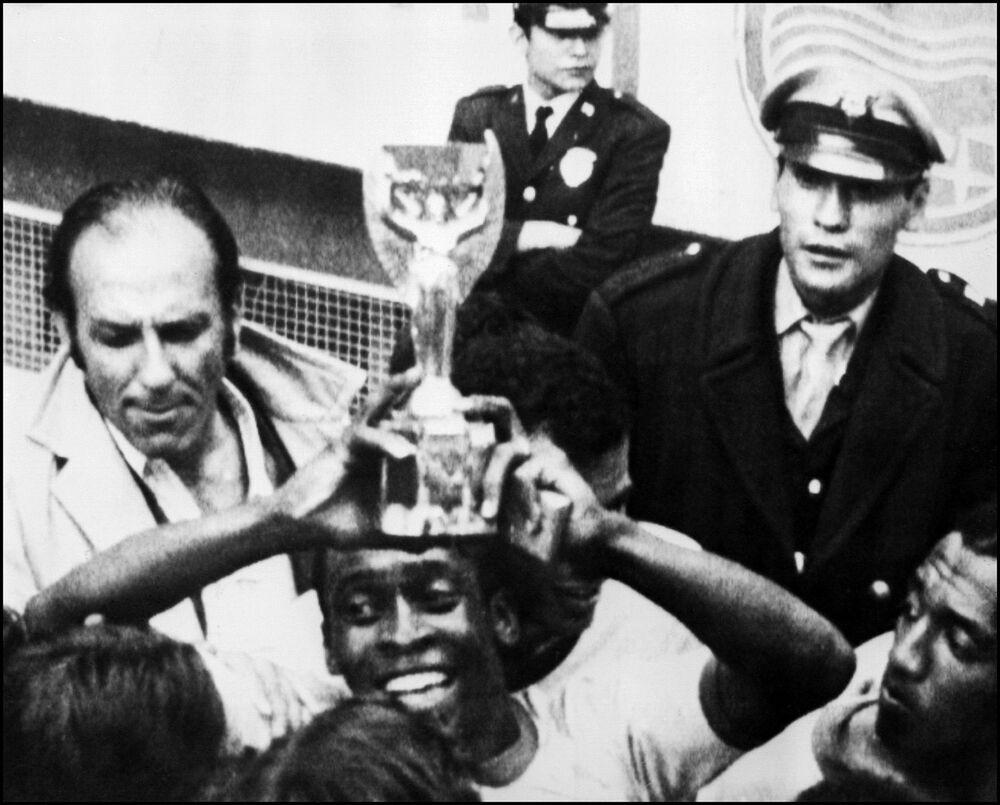 O atacante brasileiro Pelé sorri, segurando a Taça Jules Rimet, depois de o Brasil vencer a Itália por 4 a 1 na final da Copa do Mundo, em 21 de junho de 1970, na Cidade do México