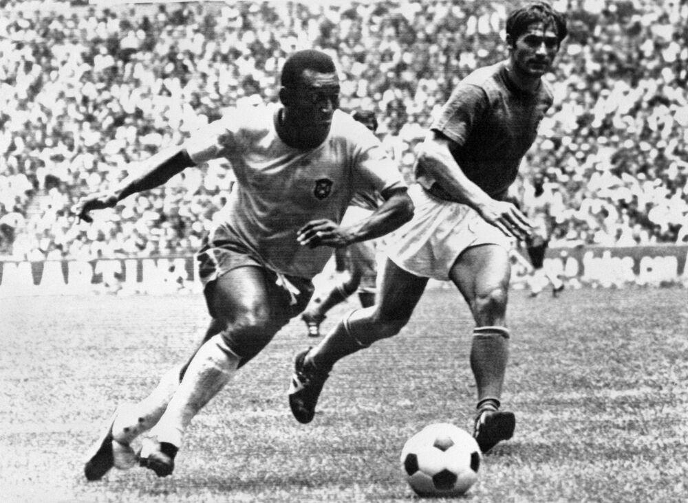 O meio-campista brasileiro Pelé dribla zagueiro italiano Tarcisio Burgnich durante a final da Copa do Mundo, em 21 de junho de 1970, na Cidade do México. Pelé marcou o primeiro gol de sua equipe quando o Brasil venceu a Itália por 4 a 1 para capturar sua terceira taça mundial depois de 1958 (na Suécia) e 1962 (no Chile)