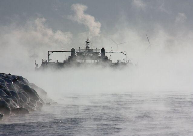 Um barco na neblina (imagem referencial)