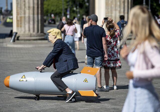 Ativista durante protesto contra armas nucleares, em Berlim, Alemanha, 30 de julho de 2020