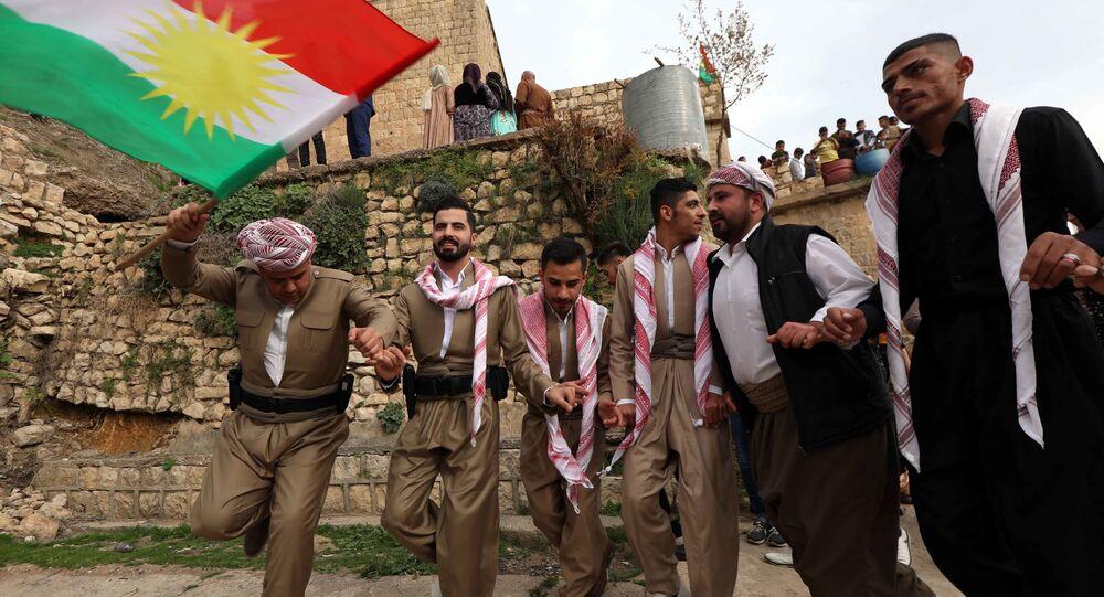 Curdos comemorando a celebração de Noruz, o ano novo no calendário persa, em Akra, a 500 km ao norte de Bagdá, Iraque (foto de arquivo)