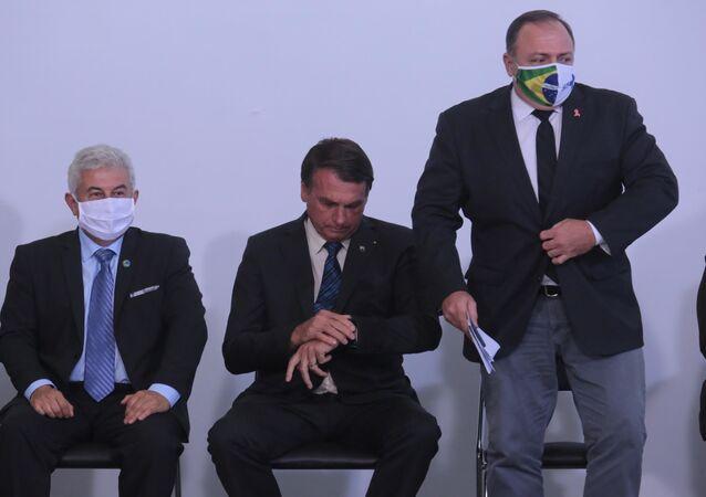 O Presidente Jair Bolsonaro  e o Ministro da Saúde, General Pazuello,  durante cerimônia de lançamento do Genomas, no Palácio do Planalto, na cidade de Brasília, DF.