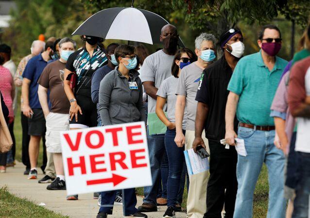 Eleitores norte-americanos fazem fila para votar antecipadamente em Durham, Carolina do Norte.