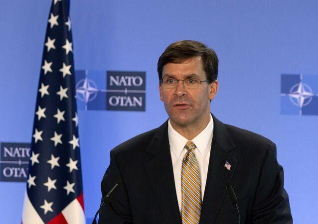 Mark Esper, secretário de Defesa dos EUA, em coletiva de imprensa com o secretário-geral da OTAN, Jens Stoltenberg (fora da foto), na sede da OTAN em Bruxelas, Bélgica, 26 de junho de 2020