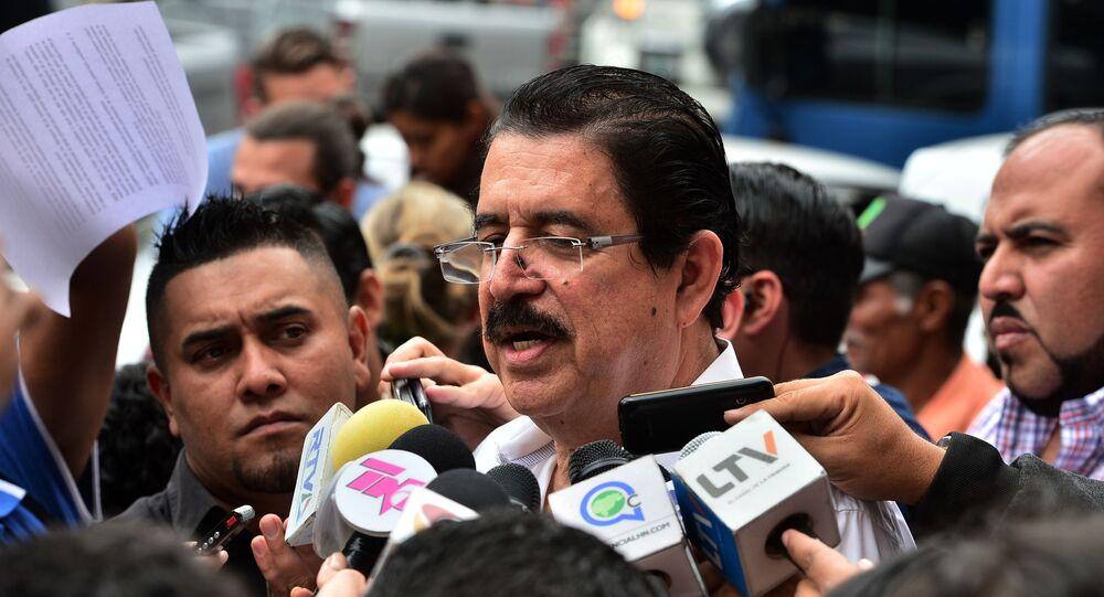 Ex-presidente de Honduras (2006-2009), Manuel Zelaya, responde a perguntas da mídia fora do prédio do Ministério Público em Tegucigalpa, Honduras, 3 de fevereiro de 2020
