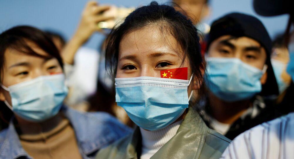 Pessoas usam máscaras protetoras durante cerimônia de comemoração do 71º aniversário da República Popular da China, em Pequim, 1º de outubro de 2020