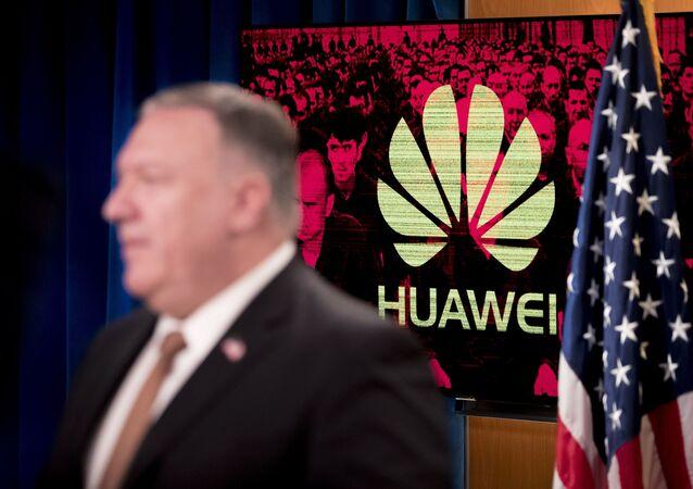 Secretário de Estado dos EUA, Mike Pompeo, discursa em frente ao logotipo da empresa chinesa Huawei em Washington, Estados Unidos, 15 de julho de 2020