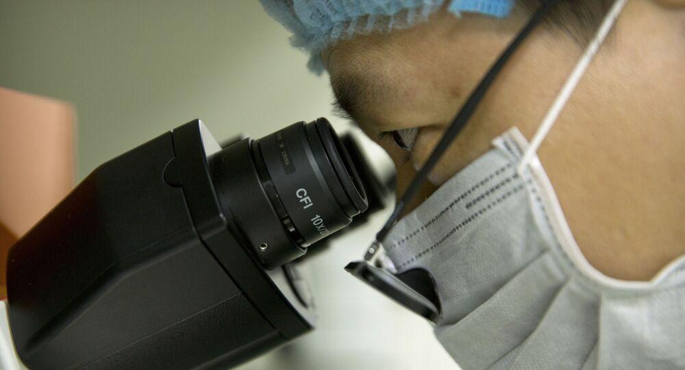 Cientista olha através de microscópio em laboratório na cidade de Shenzhen, China (imagem referencial)