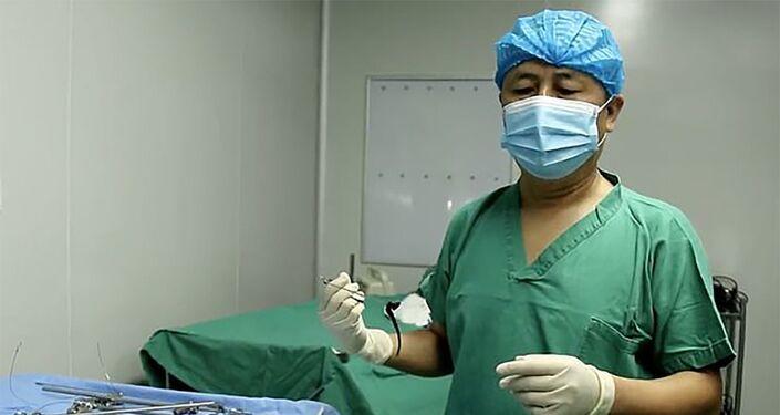 Cirurgiões durante a operação de extração de sanguessuga da cabeça do menino