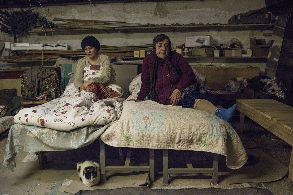 Mulheres escondidas no porão da casa em Stepanakert, na república não reconhecida de Nagorno-Karabakh