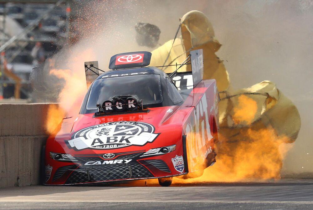 Momento da deflagração do motor de um carro durante a corrida Fall Nationals em Ennis, EUA