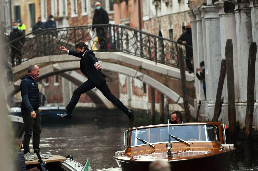 Ator dos EUA Tom Cruise durante as filmagens de Missão Impossível: Lybra em Veneza, Itália