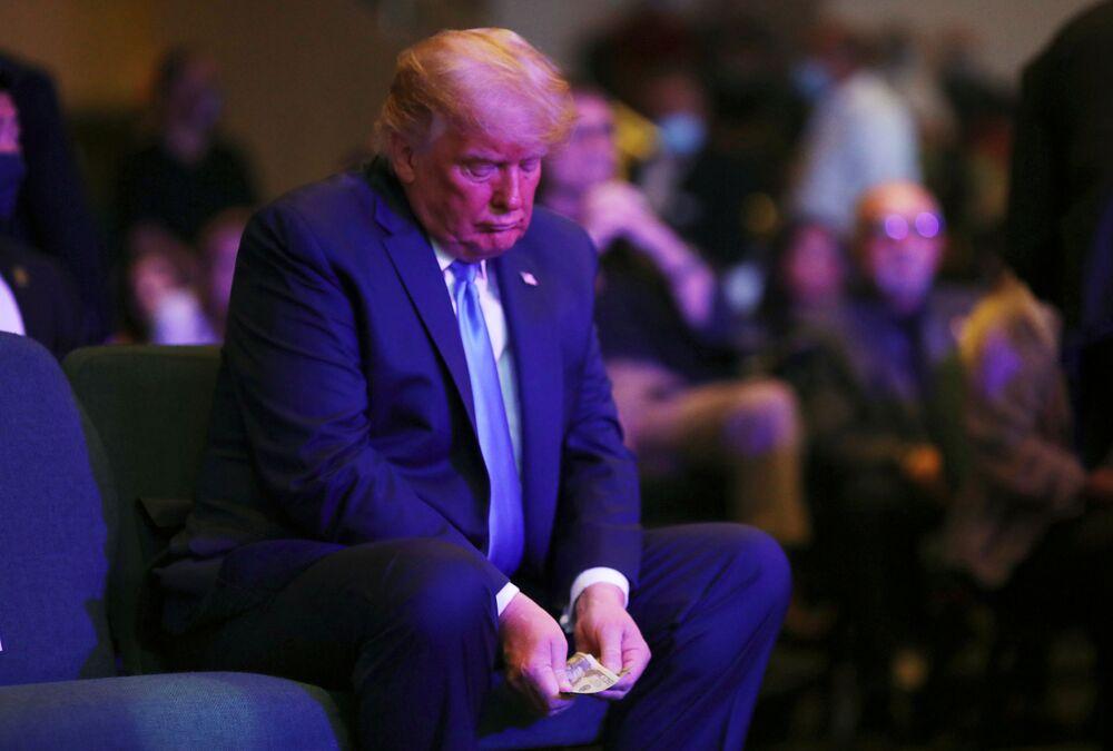 Presidente dos EUA segura dinheiro na Igreja Internacional de Las Vegas