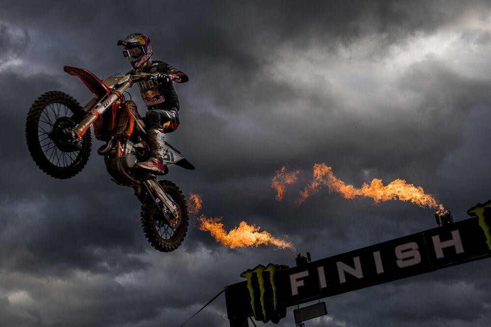 Piloto de motocross Jorge Prado García cruza a meta durante a competição MXGP na Bélgica