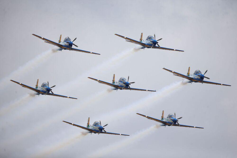 Esquadrilha da Fumaça executa manobras durante a cerimônia do Dia do Aviador na Base Aérea de Brasília