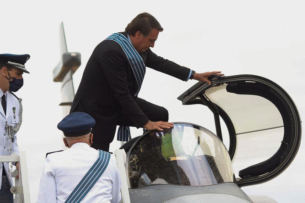 Jair Bolsonaro entra em um caça Gripen F-39E da Força Aérea Brasileira