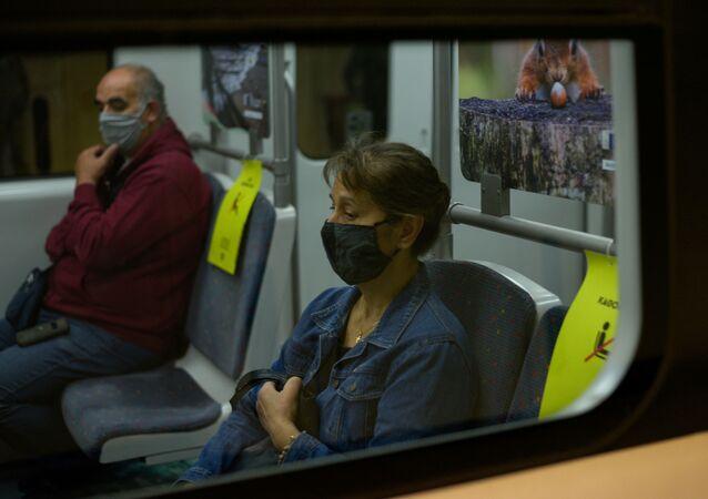 Trabalhadores viajando de trem com máscaras de proteção facial em meio à pandemia da COVID-19 em Atenas, Grécia, 24 de outubro de 2020