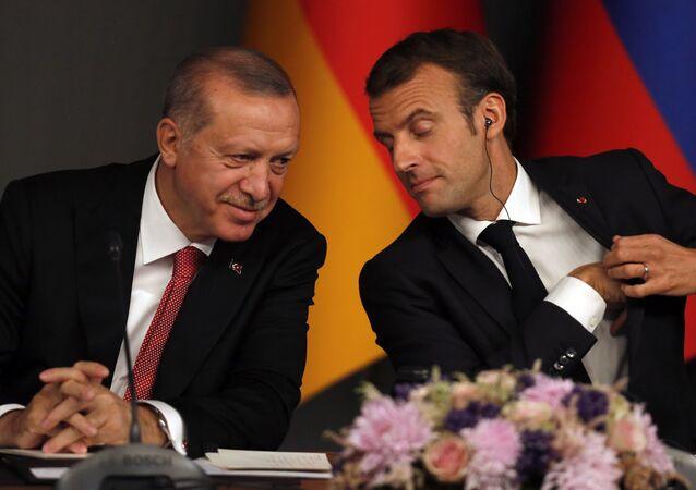 Em Istambul, o presidente da Turquia, Recep Tayyip Erdogan (à esquerda) e o presidente francês Emmanuel Macron (à direita), participam de uma coletiva de imprensa após conferência sobre a Síria, em 27 de outubro de 2018